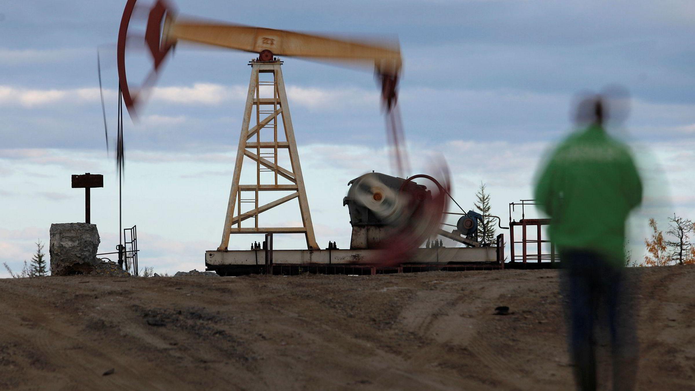Oljelagrene i USA steg med 3,3 millioner fat i forrige uke.Den uventede lagerbyggingen rystet et allerede nervøst marked.