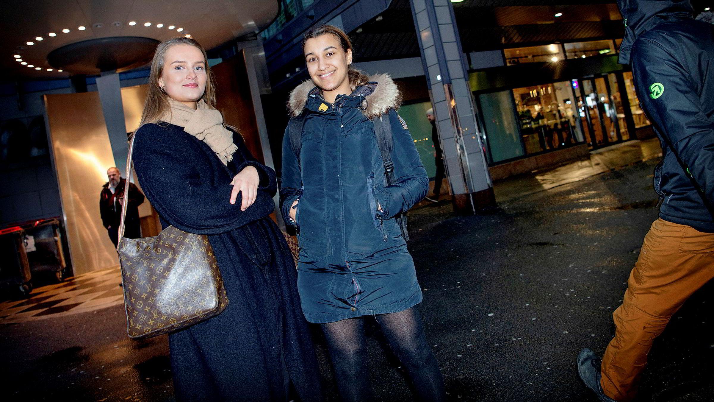 Violetta Beyene (til venstre) og Gaile Baskyte forteller at de har opplevd former for markedsføring av tobakksvarer.