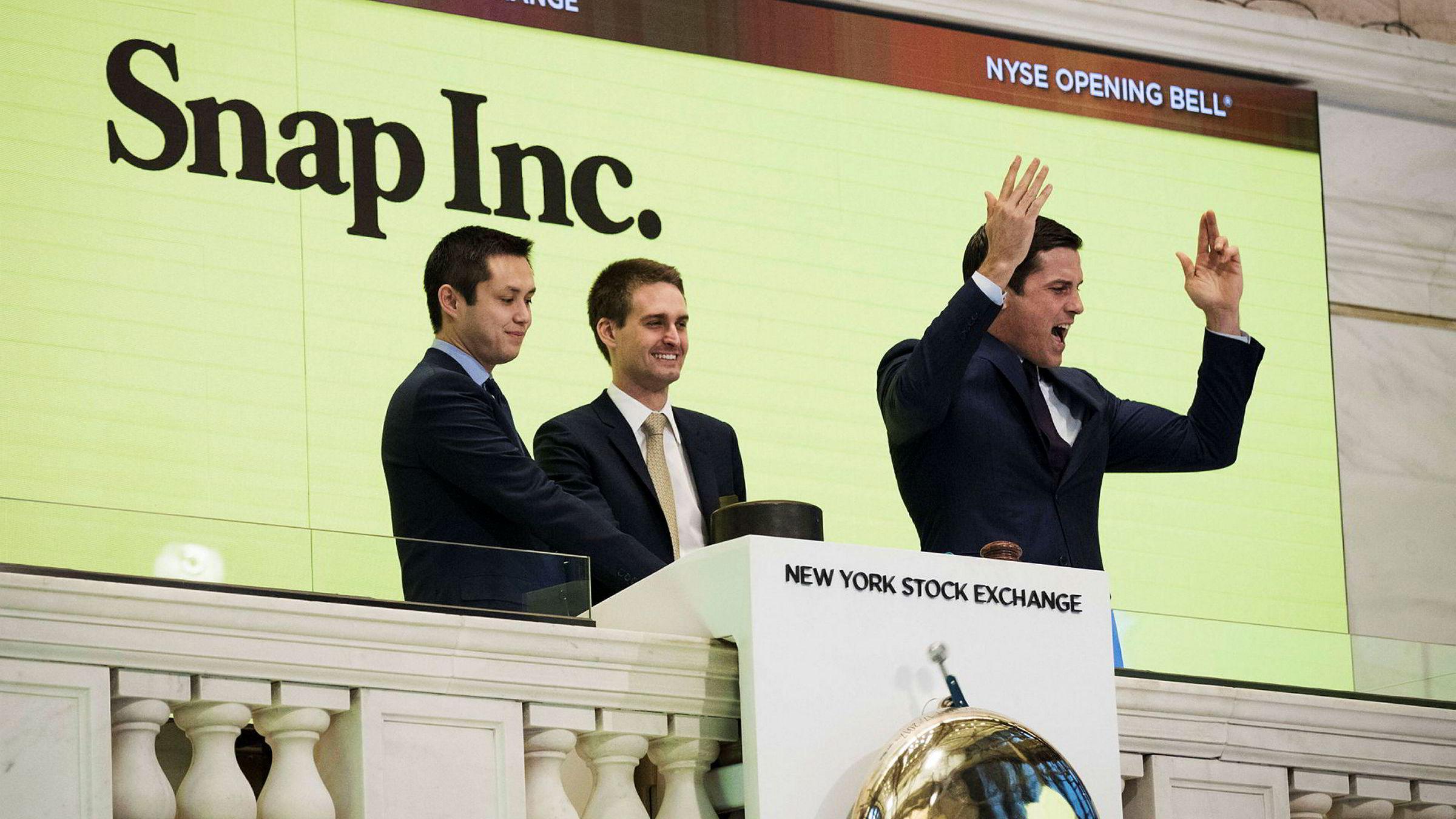 Snapchat-gründerne Bobby Murphy (f.v.) og Evan Spiegel var tilstede da Snap-aksjen ble børsnotert på New York Stock Exchange i begynnelsen av mars.