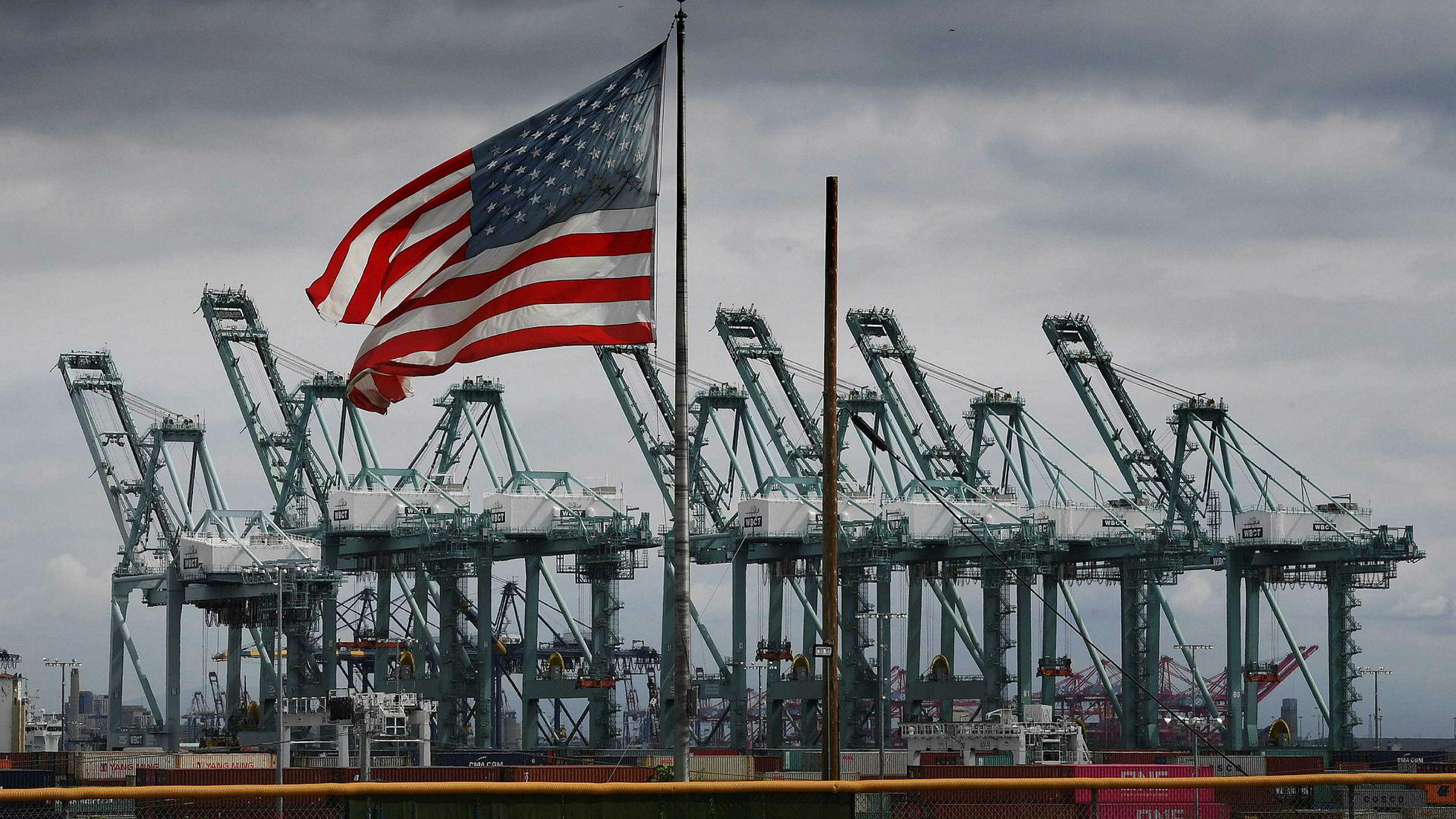 De siste fem årene har USAs handelsunderskudd økt jevnt og trutt. Nå mener Ian Shepherdson i Pantheon Macroeconomics at landet kan vente seg enda en kraftig nedtur i fjerde kvartal i 2019. Verftene i Long Beach i California er blant amerikansk industri som sliter.