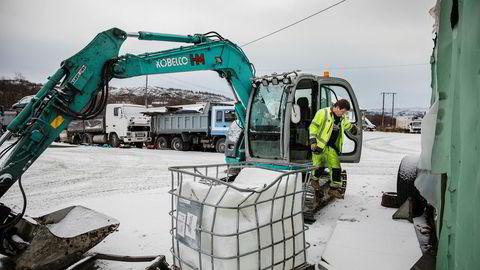 Boy-Robert Hivand (48) i Hivand maskin ved deres hovedbase på Bjørnevatn ved Kirkenes. På vei ut av deres første gravemaskin.