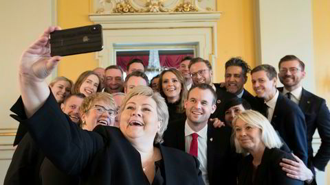 Det er oppsiktsvekkende at statsminister Erna Solberg og andre i regjeringsapparatet har lastet ned TikTok. Her tar regjeringen gruppebilde i forbindelse med statsrådskifter i januar i år.