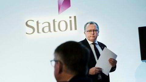 Statoil betaler 58-åringer 66 prosent lønn i ni år for å slutte i selskapet. Her Eldar Sætre, konsernsjef i Statoil, på pressekonferansen og kapitalmarkedsdagen de har i London. I forgrunnen kommunikasjonsdirektør Reidar Gjærum.