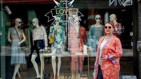 Lise Camilla Øhrling (57) hadde 3 butikker i Oslo, solgte den ene, slo butikken på Frogner konkurs og håper at butikken i Torggata kan overleve med egen designede klær og smykker