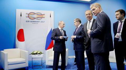 Vladimir Putins ferske økonomiminister Maksim Oresjkin (helt til høyre) ble ansett som en politisk lettvekter, men spås nå en stor fremtid. Her sammen medPutin, presidentrådgiver Jurij Ushakov, utenriksminister Sergej Lavrov og Kreml-talsmann Dmitrij Peskov.