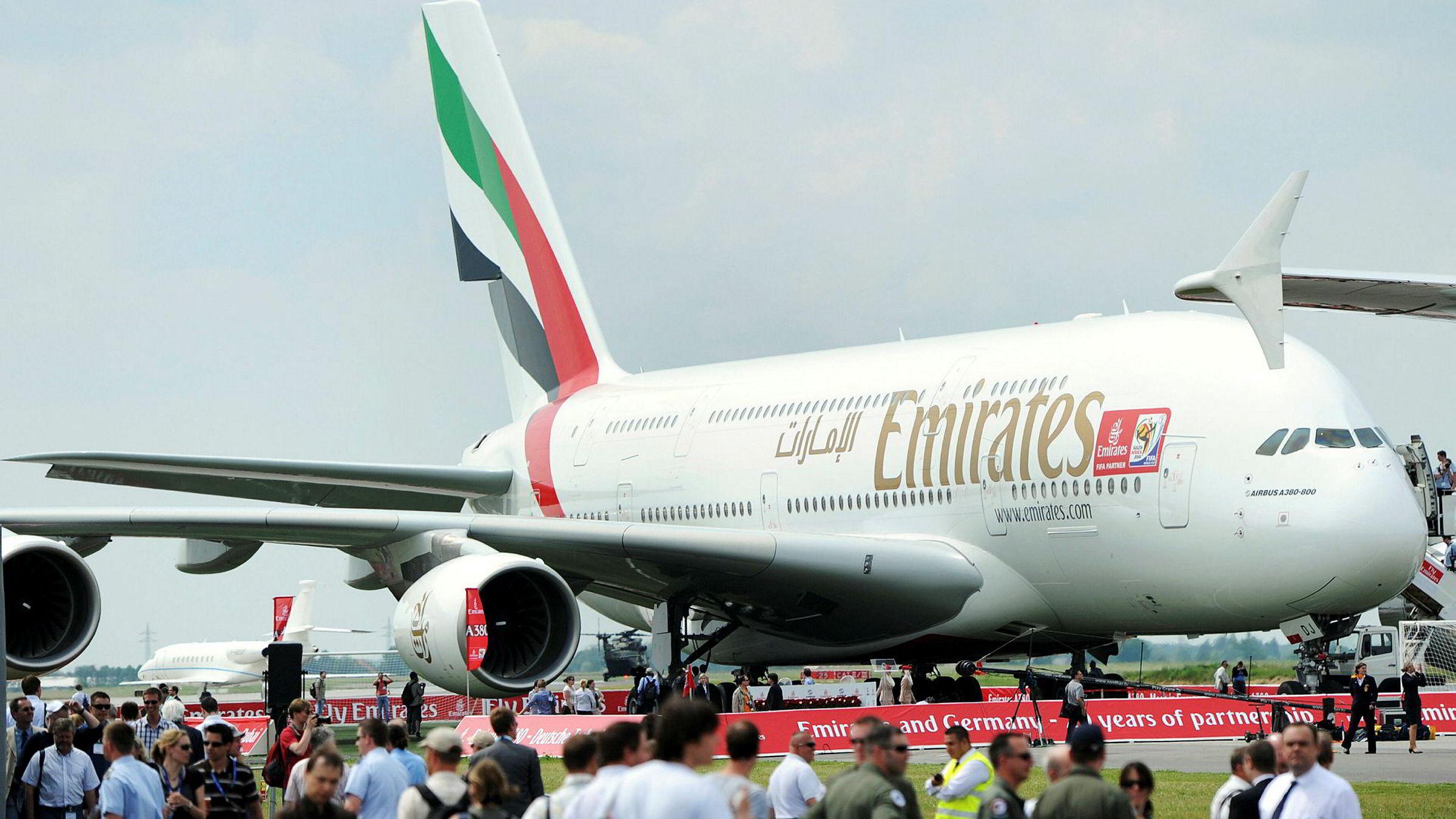 Lav oljepris, konkurranse fra lavprisselskap og en svekket turistnæring får Emirates, et av verdens største og mest luksuriøse flyselskap, til å tenke utenfor boksen for å puste liv i inntektene igjen.