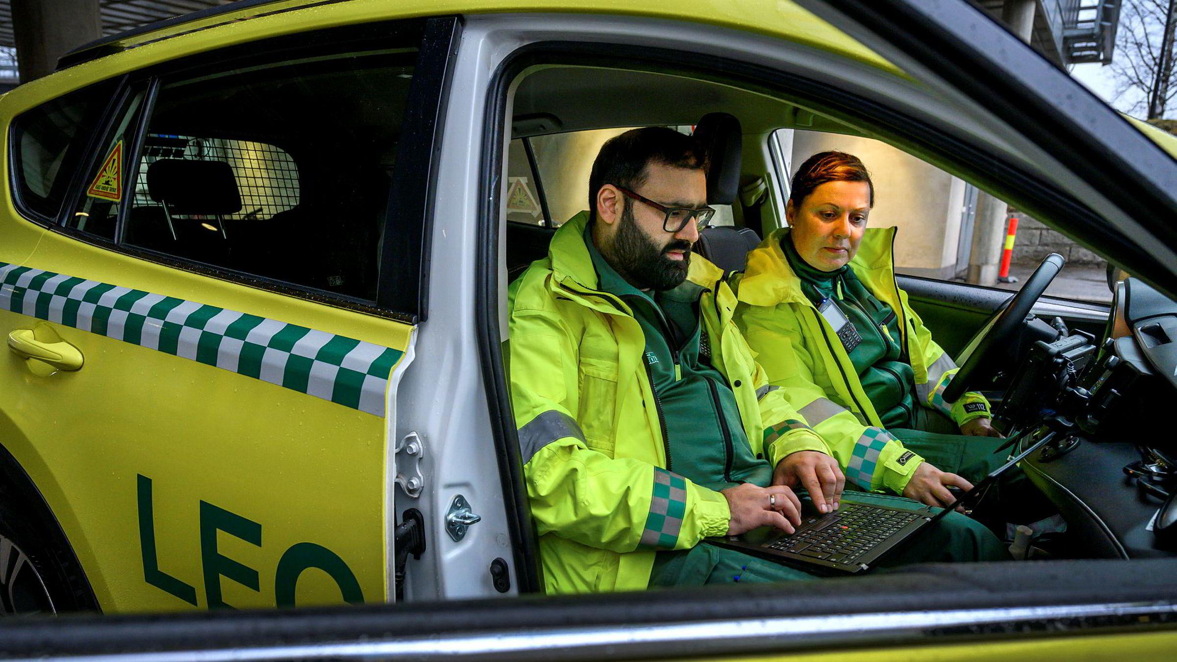 – Mobilsamband er meget viktig, sier lege Asif Siddique som er på vakt i legevaktbilen i Lillestrøm sammen med sykepleier Line Olafsen. Nå skifter de fra Telenors til Telias mobilnett.
