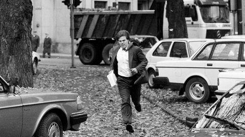 Aksjemegler Kristian Lundgaard i Bergen Bank stormer inn på Oslo Børs med lommen full av salgsmeldinger tirsdag den 20 oktober 1987.
