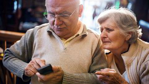 «De sender meldinger som var ment privat slik at halve verden kan se dem. De trykker tommel opp på sine egne innlegg. De glemmer passordet og surrer bort lappen der de har skrevet opp passordet (mot alle råd)», skriver Torgrim Eggen om den eldste generasjonens omgang med digitale verktøy.