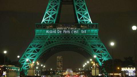 USAs president Donald Trump har ennå ikke bestemt seg for hva han skal gjøre med parisavtalen. På bildet er Eiffeltårnet i lyssatt for å markere den første dagen etter undertegnelse av avtalen i november 2016.