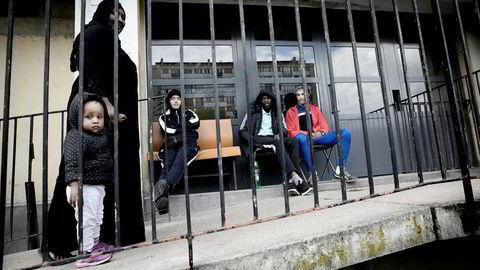 Samir (fra venstre på benken), Momadou og Karim vokter inngangen til en boligblokk i forstaden Clichy-sous-Bois utenfor Paris. Det er kun beboere og kjenninger som slipper inn. Forstaden sliter med høy arbeidsledighet og kriminalitet.