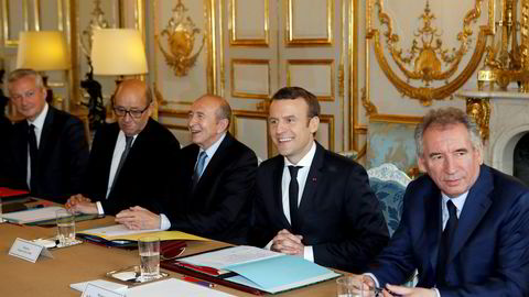 President Emmanuel Macron (nummer to fra høyre) sammen med noen av sine nyutnevnte ministre. Fra venstre økonominister Bruno Le Maire, Europa-minister Jean-Yves Le Drianm, innenriksminister Gerard Collomb og justisminister Francois Bayrou.