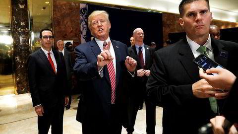 Donald Trump svarer på spørsmål fra pressen om volden i Charlottesville denne helgen. Til venstre står USAs finansminister Steven Mnuchin.