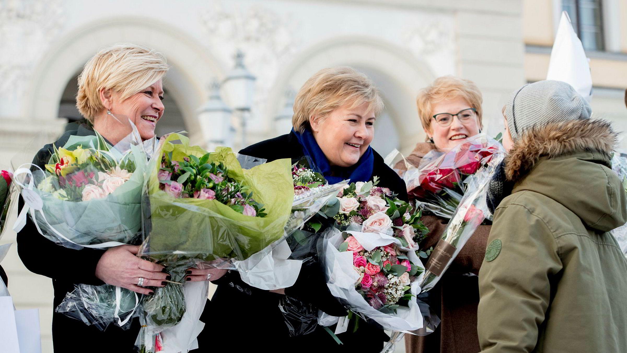Statsminister Erna Solberg presenterte den utvidete regjeringen på Slottsplassen i Oslo onsdag. Her er hun flankert av Siv Jensen og Trine Skei Grande.