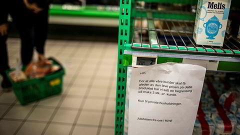 Butikkene tømmes for varer som melis, surkål, sennep og svisker, her fra Kiwi som har kvote på tre varer per kunde.