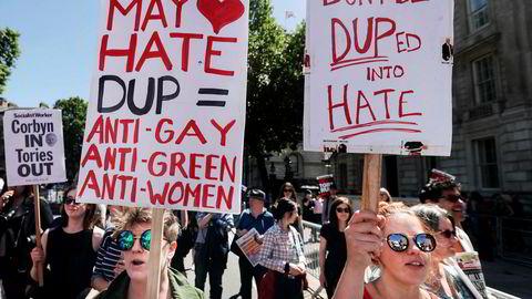 Bildet viser en demonstrasjon mot det nordirske unionistpartiet DUP i gaten Whitehall i sentrum av London på lørdag.