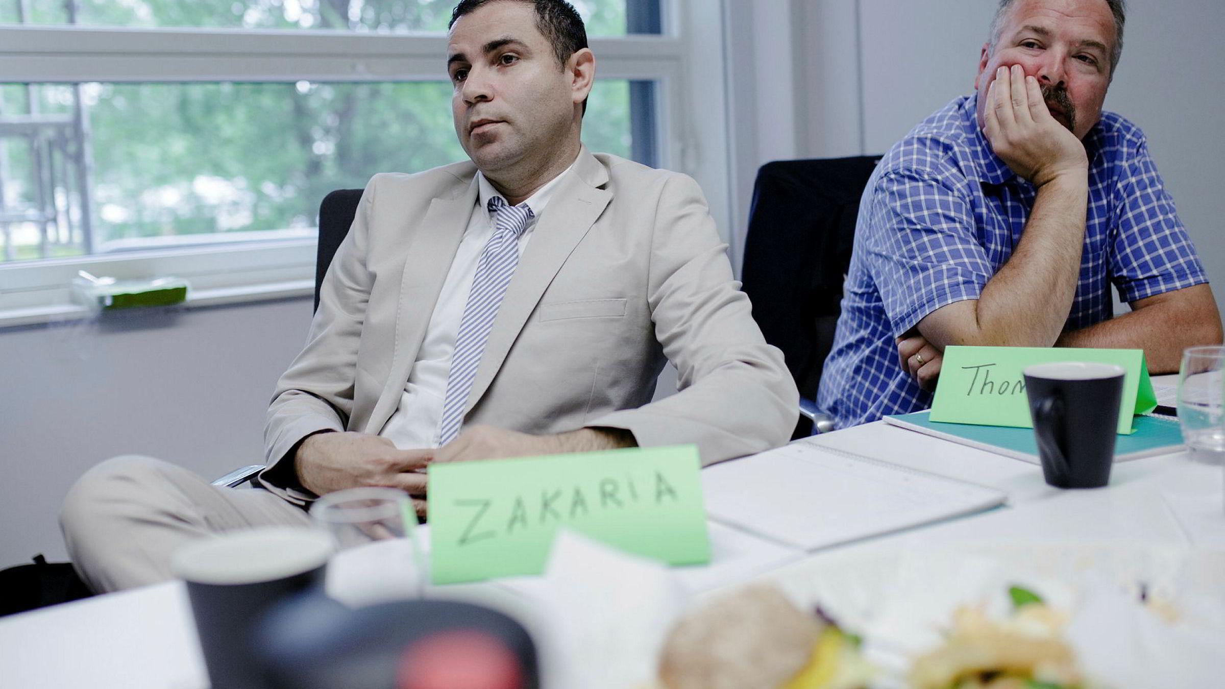Amerikaneren Thomas Godwin (43, til høyre) står uten fast jobb på sjette året, selv med en master i ikt fra Oslomet. Her ved siden av den syriske barnelegespesialisten Zakaria Ali Almamo (34) på mentor- og utviklingskurset «Jobbreisen» i lokalene til Bærum Næringsråd.