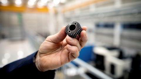 Teknologidirektør i Arendals Fossekompani, Morten Henriksen, viser frem en komponent fremstilt ved 3D-printing på Mechatronics Innovation Lab på Universitetet i Grimstad.