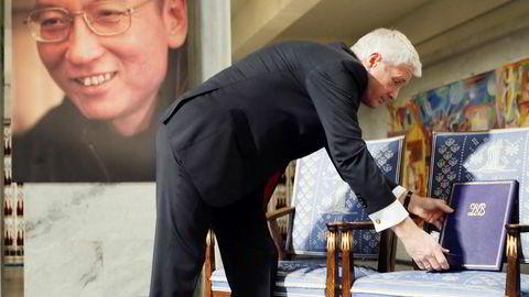 Daværende leder av Den norske Nobelkomiteen, Thorbjørn Jagland, og den tomme stolen og nobelmedaljen tildelt den fengslede kinesiske dissidenten Liu Xiaobo i 2010.