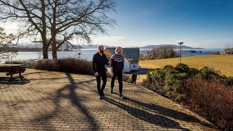 22-årige Dennis Foose (til høyre) tar nå sitt andre år på Sunnhordland folkehøgskule. Han sier oppholdet har gitt ham studiegnisten tilbake og absolutt ikke kan kalles noe koseår. Lærer Markus Lange tror mange undervurderer utbyttet folkehøyskolene kan gi.