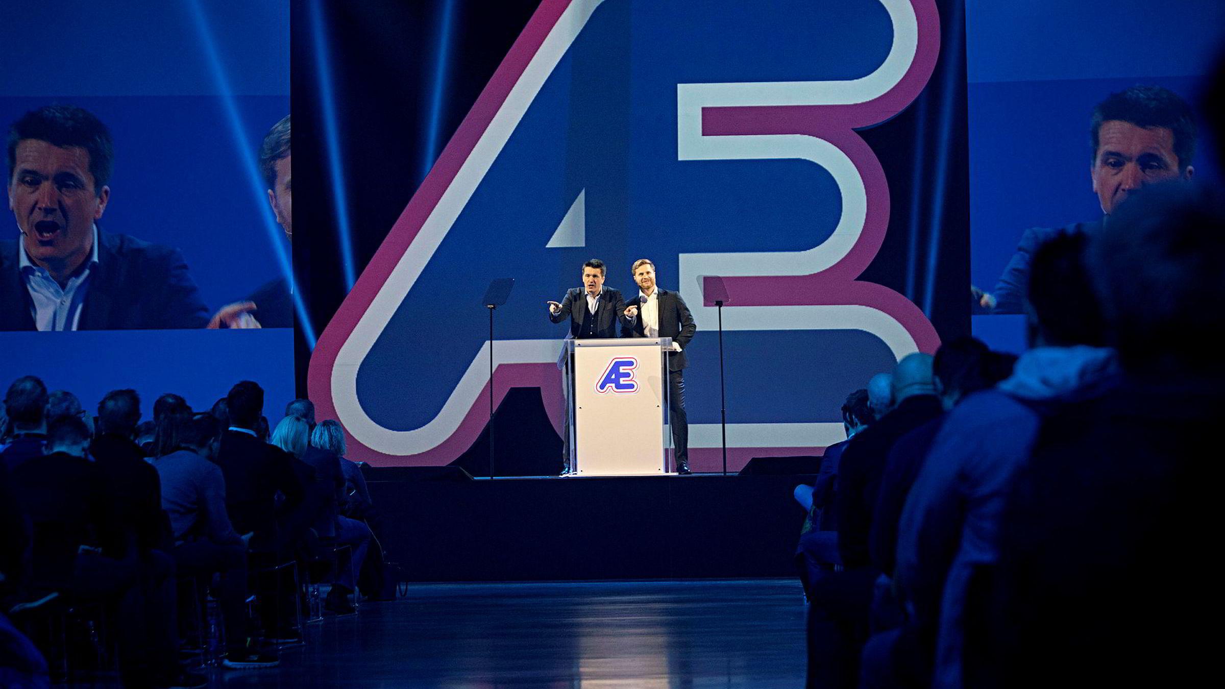 Med lyseffekter og musikk presenterte Rema-direktør Lars Kristian Lindberg (til høyre) og Rema-sjef Ole Robert Reitan Remas nye lavprisstrategi for kjøpmennene på Gardermoen onsdag.