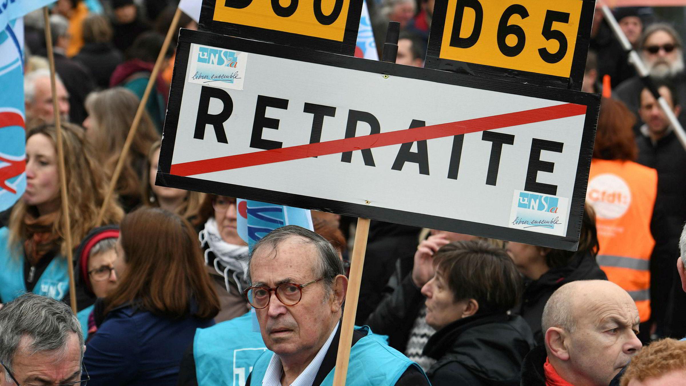 Arbeidere i offentlig sektor i Frankrike er klare for å gå ut i streik fra torsdag. Her fra en demonstrasjon mot reformer i byen i Brest, nordvest i Frankrike.