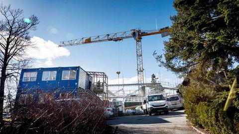 Fredrik Halvorsen er i ferd med å oppføre et 500 kvadratmeter stort hus i Fürstveien 75 på Snarøya. Eiendommen ble kjøpt for 22 millioner kroner, og det eksisterende huset revet.