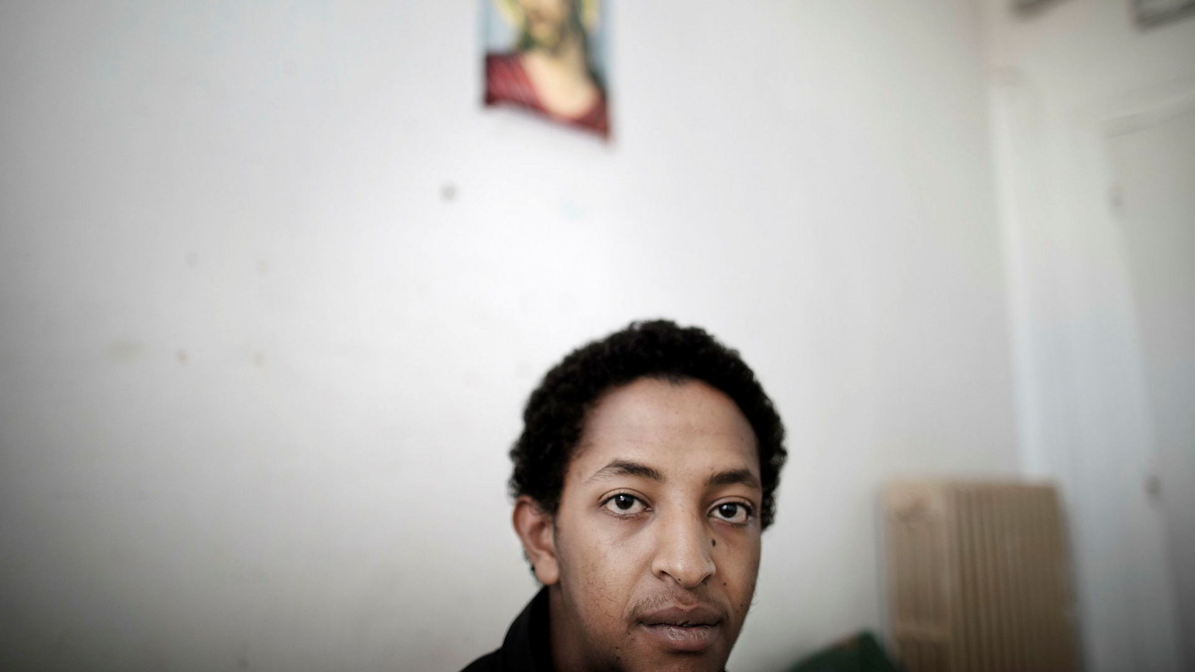 Jonathan Kebreab (17) fra Eritrea er i sorg etter å ha mistet bestevennen i en togulykke på flukt fra grensepolitiet ved Brennerpasset. Nå forbereder Kebreab seg på et liv i Roma. Her på et mottakssenter hos Røde Kors i Roma.