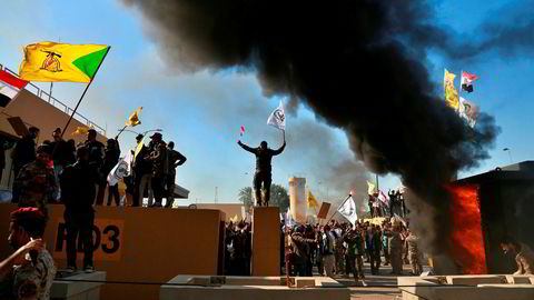 Iraks statsminister advarer demonstrantene og ber dem forlate ambassadeområdet øyeblikkelig.