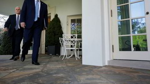 USAs president Donald Trump vil gjenåpne økonomien så snart som mulig. Her på vei ut av det ovale kontoret i Det hvite hus, sammen med visepresident Mike Pence.