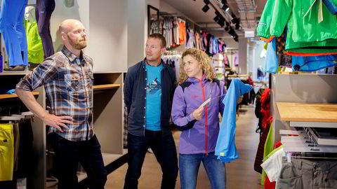 Cecilie Skog og Bjørn Sekkesæter (til høyre) solgte turselskapet Fram Expeditions til turtøyprodusent Bergans i fjor. Her sammen med Bergans-sjef Leif Holst Liæker.