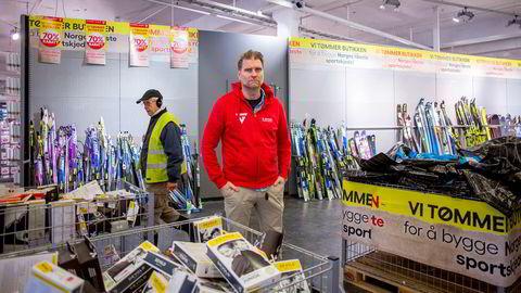 Butikksjef på G-Max Storo, Alexander Hagen, rydder på lageret før butikken døpes om til Intersport. De store aktørene i sportsbransjen sliter nå med store varelagre etter en periode med svak vekst.