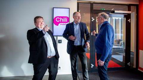 – Vår kunder bruker i snitt 19 GB i måneden. Det er det høyeste mobildataforbruket i Norge, sier daglig leder Lars Ryen Mill i Chili Mobil (til venstre). Her sammen med styreleder Jan Edvard Thygesen og snakker med hovedaksjonær Egil Skibenes (til høyre).