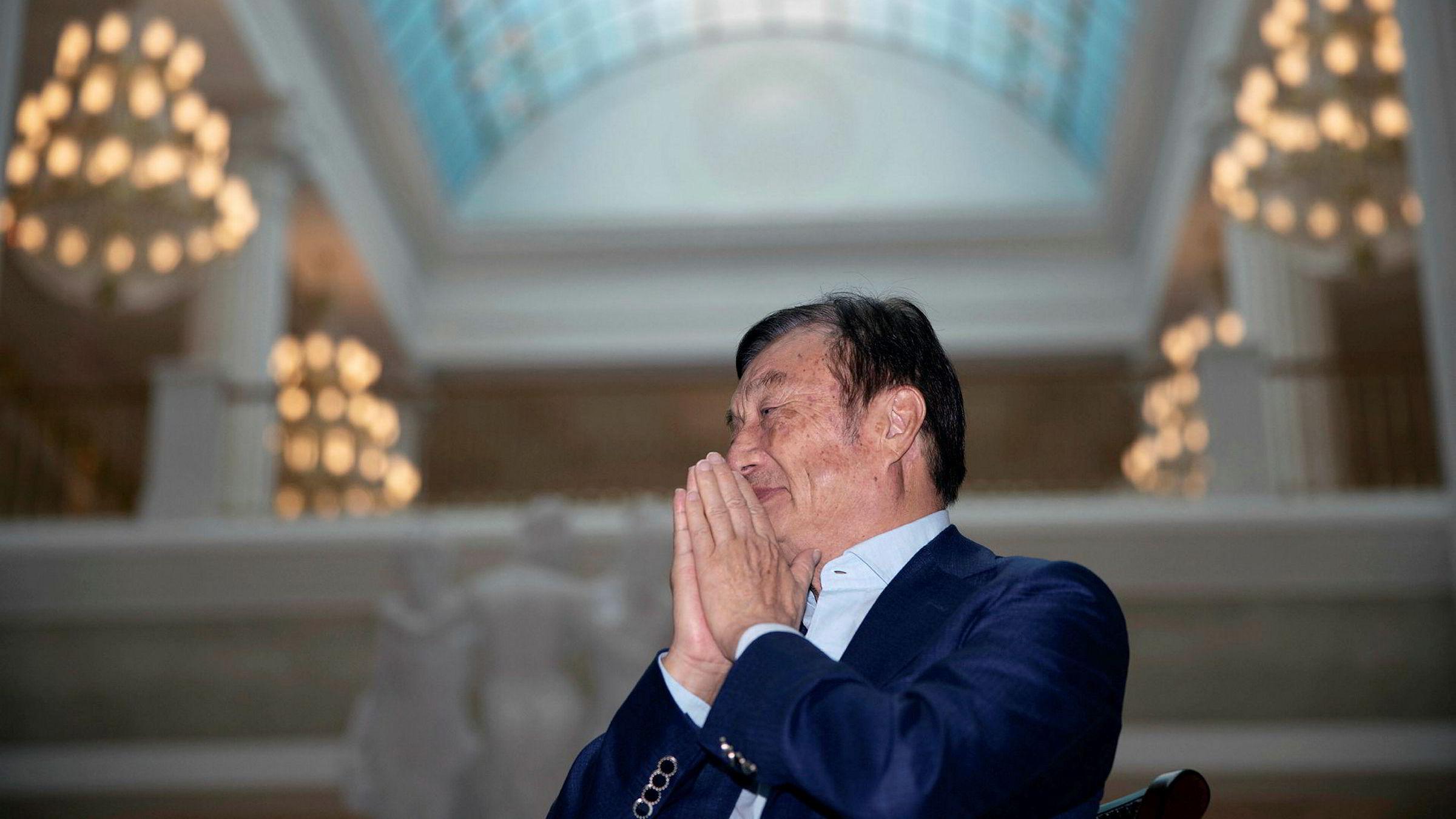 Huaweis toppsjef Ren Zhengfei er i det gavmilde hjørnet. Han belønner nesten alle ansatte med en ekstra månedslønn og bonus for å ha stått gjennom stormen det siste halvåret. Her står Zhengfei i Huaweis hovedkvarter i Shenzhen i Kina.