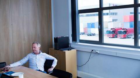 – Rent økonomisk ble satsingen på renovasjon en katastrofe, sier Jonny Enger. Han sitter i Veitransports lokaler i Ytre Enebakk. Her holdt også Veireno til før konkursen. På utsiden står to røde gassdrevne søppelbiler som for ikke lenge siden var reservebiler for Veireno. Nå er de overtatt av Renovasjonsetaten.