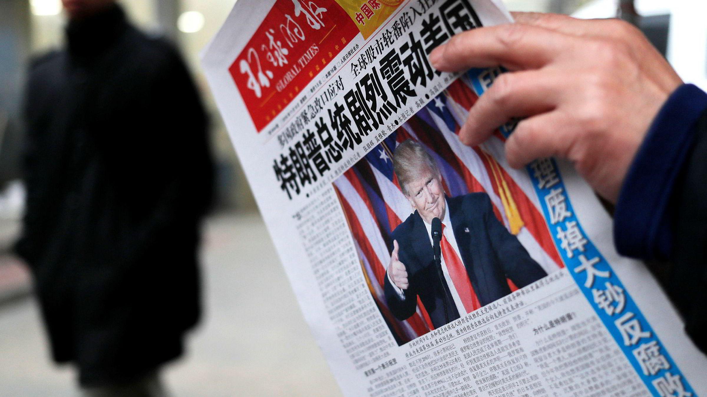 En undersøkelse fra 2014 viste at folk hadde størst tillit til mediene i land som Kina og De forente arabiske emirater der pressen er kontrollert av myndighetene. Her en kinesisk avisforside om Donald Trumps valgseier i november 2016.