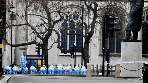 Dagen derpå. Politiet leter etter beviser utenfor parlamentet i London etter onsdagens terrorudåd.