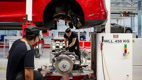 Arbeidere gjør siste monteringen på en Tesla Model S på fabrikken i Nederland.