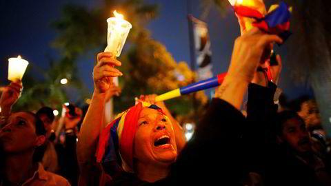 Demonstranter holder opp stearinlys for de drepte i demonstrasjonene mot presidentNicolas Maduro i Caracas i Venezuela.