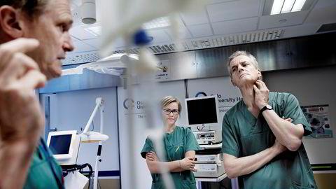Aps leder Jonas Gahr Støre diskuterer samarbeid mellom sykehus og industri med Erik Fosse, professor og avdelingsoverlege ved Intervensjonssenteret på Rikshospitalet (til venstre) og Aps stortingsrepresentant Ingvild Kjerkol.