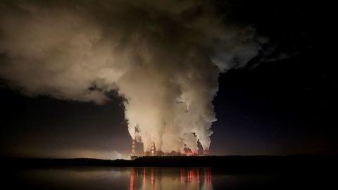 Penger kan kjøpe tid. Her kraftverket Belchatow i Polen, som er Europas største kullkraftverk.