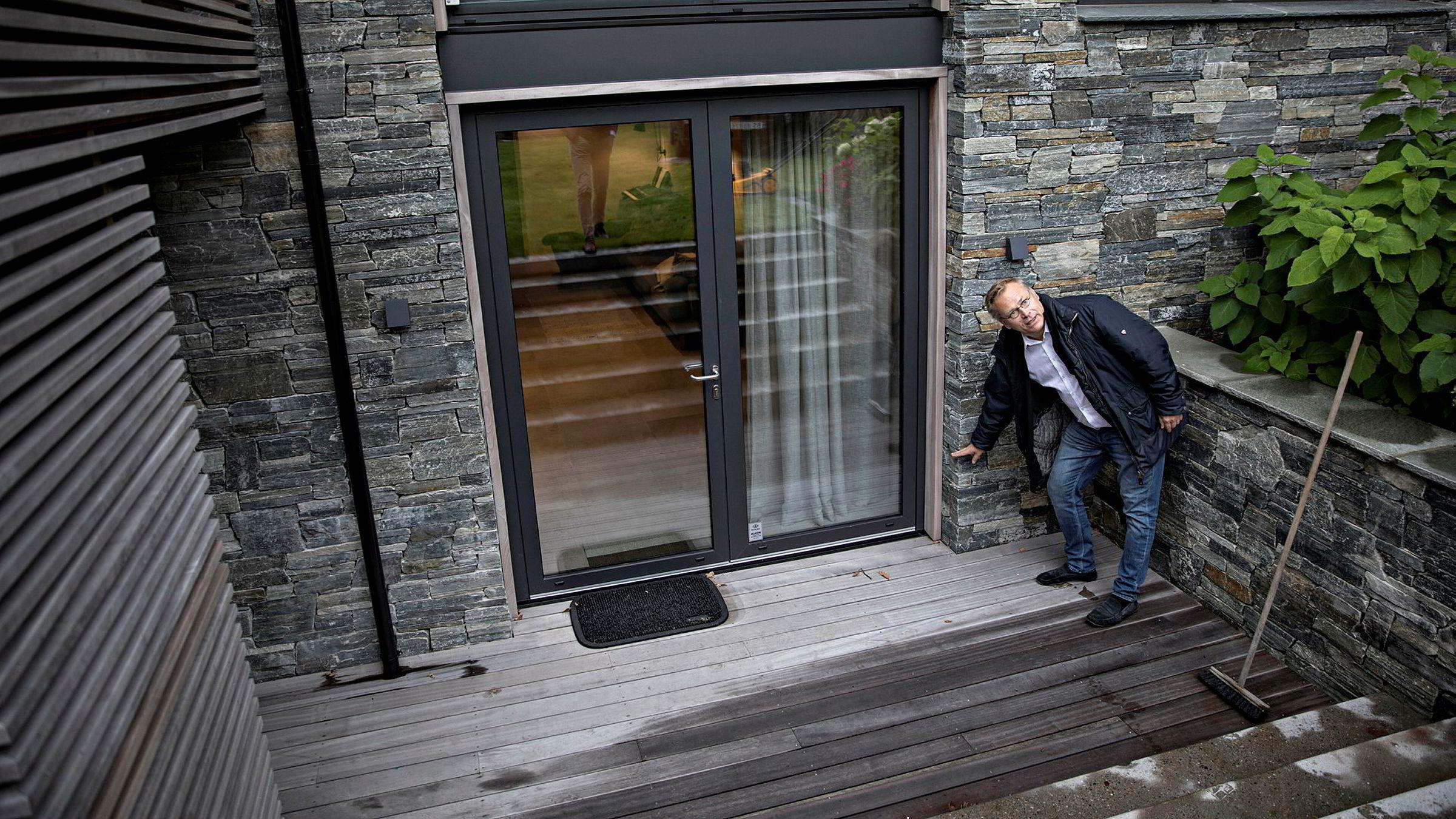 Arkitekt Rune Breili på befaring på hytta til Norden-sjef i Ernst & Young, Erik Mamelund. Den økte i bruksareal fra 146 kvadratmeter til 226 kvadratmeter etter flere endringsmeldinger, men endringene ble ikke behandlet som søknadspliktige for ny dispensasjon, og kom aldri til politikernes bord.