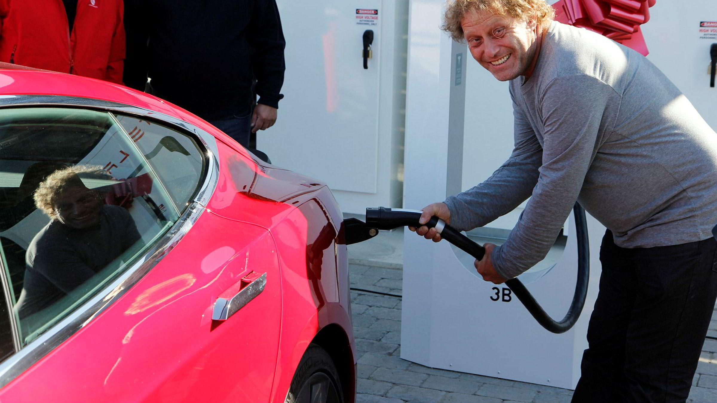 Her åpner Frederic Hauge Teslas superlader på Dombås i august 2013. Nå skal Tesla ta betalt for bruk av laderne for dem som kjøper ny bil og lader mer enn 400 kwh i året.