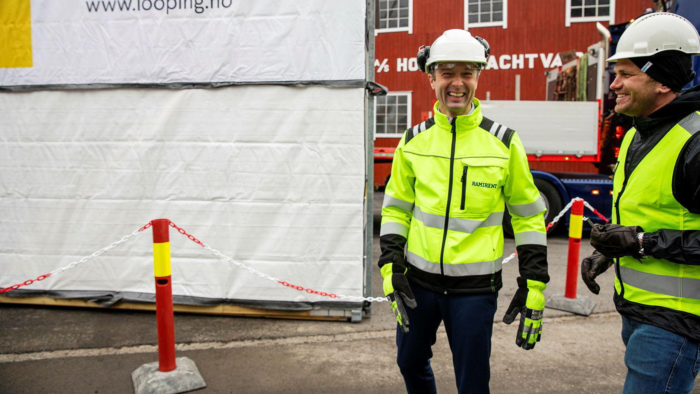– Gjenbruksemballasjen på brakkemodulene slik vi bruker dem kan brukes i flere år, sier administrerende direktør Øyvind Emblem i Ramirent (til venstre). Til høyre Jens Brustad, daglig leder og gründer i plastselskapet Looping.