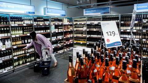 Stortingsflertallet vil utrede om Vinmonopolet skal overta taxfree-salget av alkohol på flyplassene.