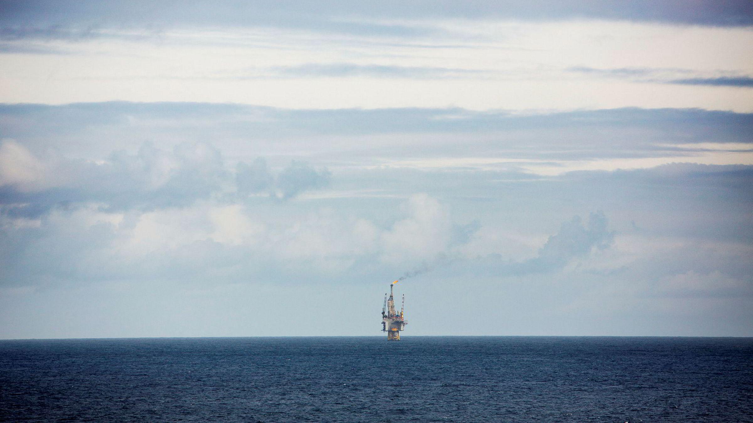 Ifølge DNB Markets har nedgangen i oljebransjen ført til stillingskutt på over 40.000, i tillegg til en reduksjon i statens inntekter fra 408 milliarder i 2012 til 121 i år.