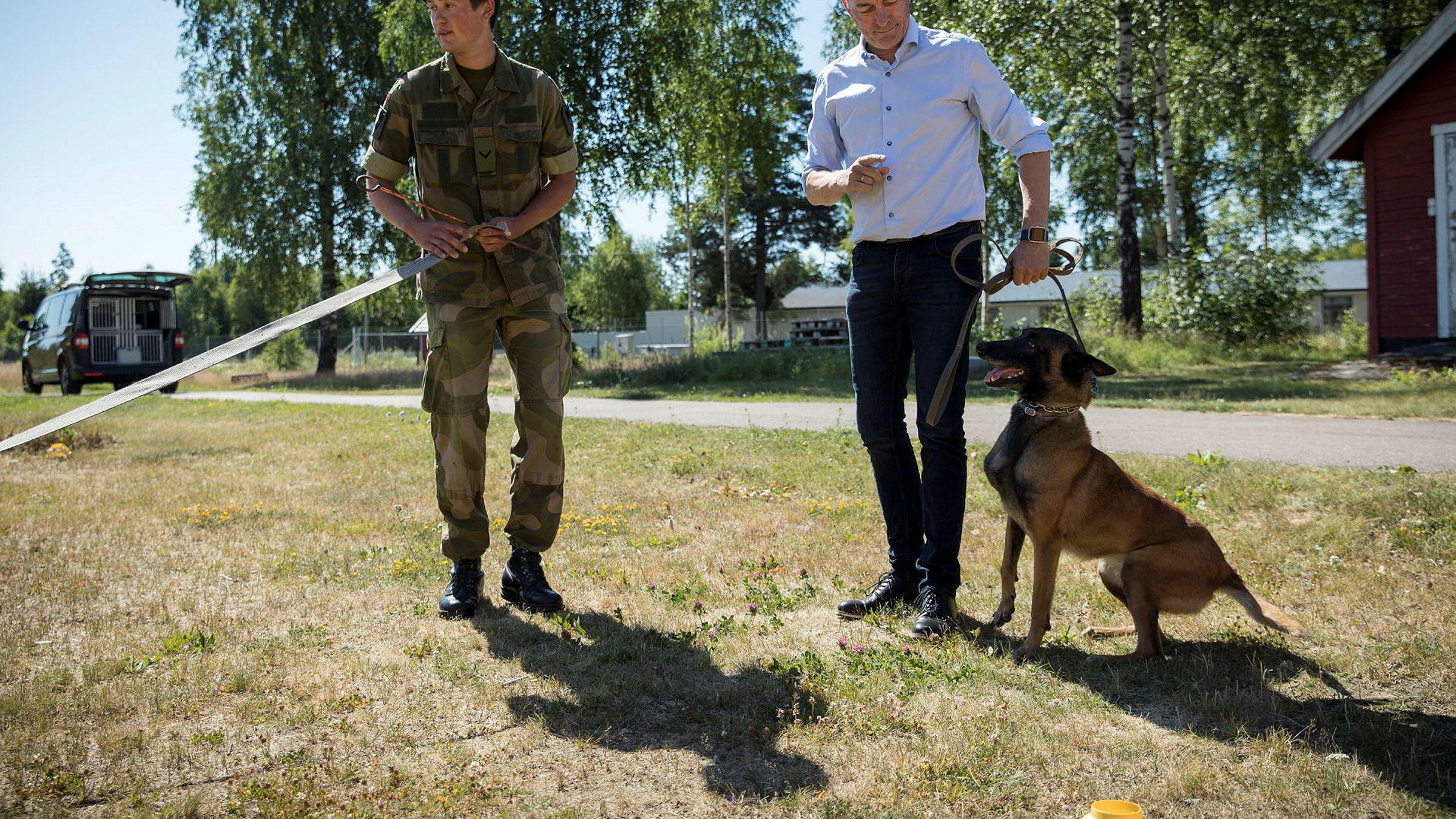 Forsvarsminister Frank Bakke-Jensen varmet opp til Nato-toppmøtet neste uke med trening av hunden Krista på Forsvarets hundeskole. Til venstre er grenader Andreas Nilsen.