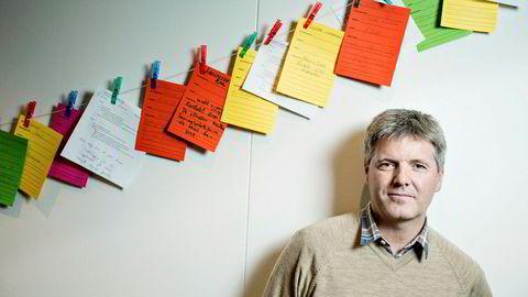 Administrerende direktør Arne Bergby i It's Learning. Lappene er forslag og ideer fra studenter på bedriftsbesøk.
