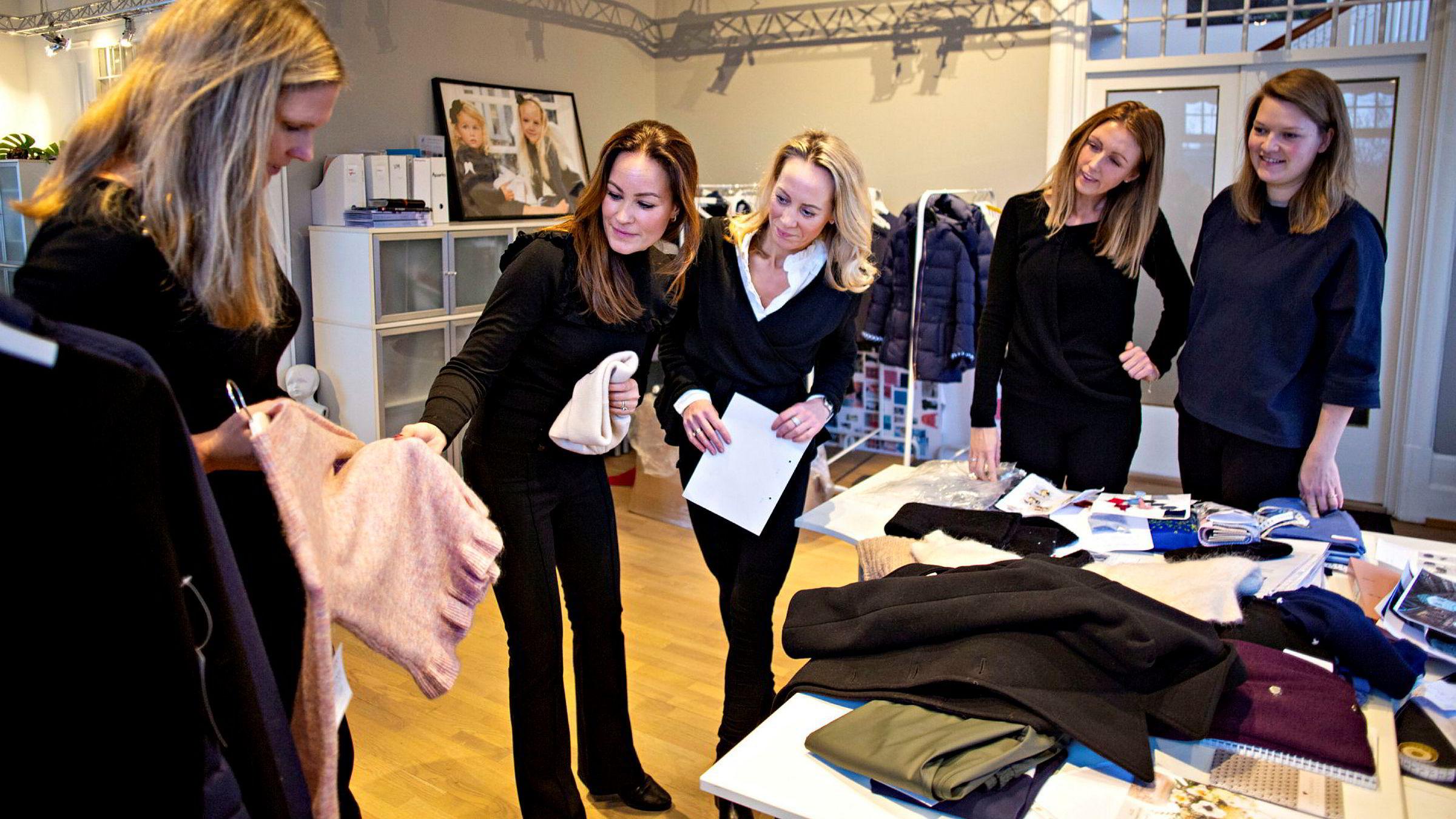 Anette Juel Knudtzon (til venstre) viser frem en ullgenser til Woolland-gründerne Hedda Rivelsrud, Annette Steen Lien og Siri Sørflaten. Designer Marie Enger helt til høyre.