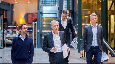Konsernsjef Rolv Erik Ryssdal (i midten) i Schibsted kan glede seg over sterke tall i tredje kvartal, men møter også sterk kritikk for ledersammensetningen i konsernet.